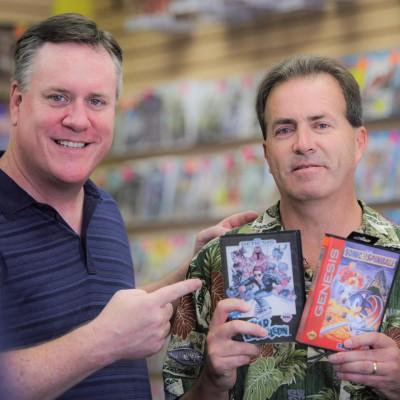 Mike Kennedy à gauche et Steve Woita posant avec ses créations