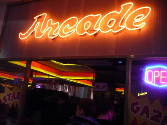 Une petite salle d'arcade au milieu du musée.