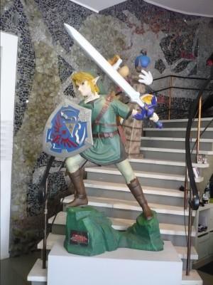 Les statues de Link et Rayman dans le hall d'entée.