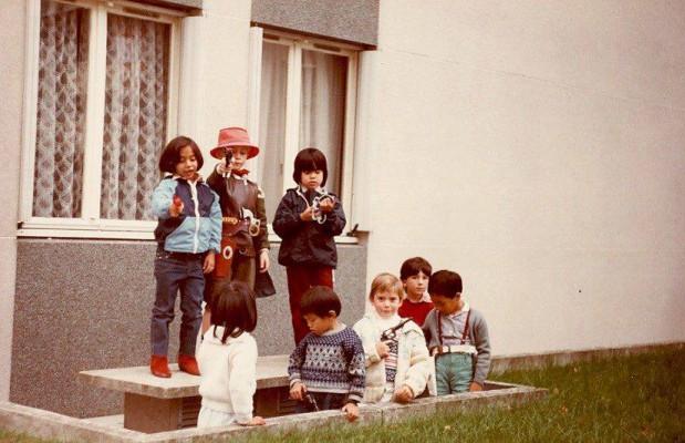 À l'extrême gauche. Dans une bande de garçons, mais avec des bottes rouges, comme Wonder Woman !